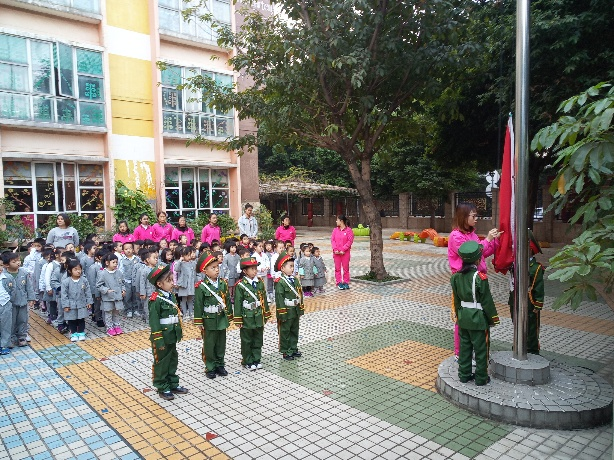 子供の幼稚園の朝の行事、国旗掲揚・国歌斉唱。Children's kindergarten morning events, flag raising, national anthem singing.